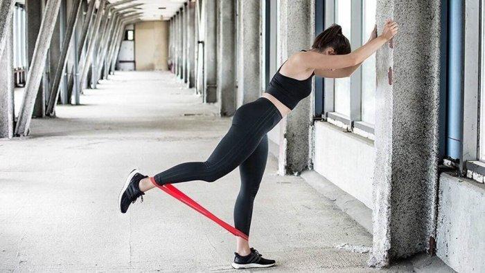 Упражнения для ягодиц с резинкой